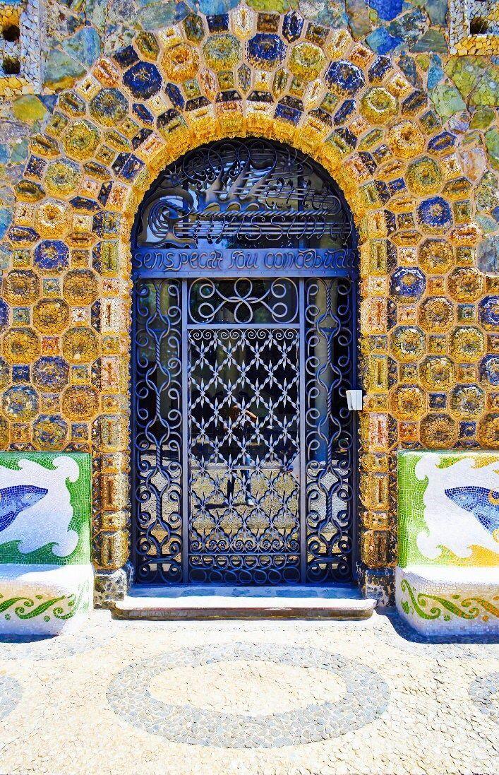 Barcelona, Spain 🇪🇸 a beautiful door and surrounds