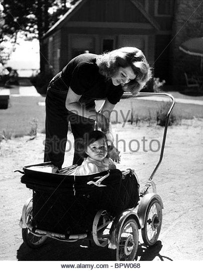 RITA HAYWORTH & YASMIN AGA KHAN ACTRESS WITH DAUGHTER (1950) - Stock Image