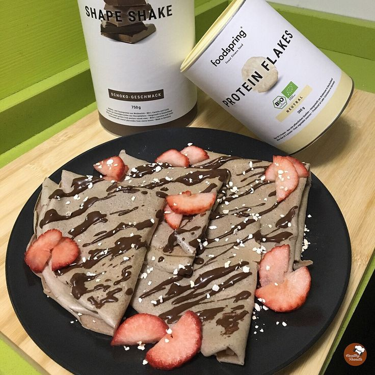 INGREDIENTES: 1 huevo 3 claras 25 gramos de proteína en polvo de chocolate Shape Shake de Foodspring Edulcorante líquido al gusto 1 onza de chocolate negro 85% Protein Flakes de Foodspring Fresas. …