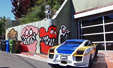 Para los graffitis que ha pintado Chris Brown en su mansión de Beverly Hills y por los que sus vecinos han puesto el grito en el cielo... ¿Es para tanto? http://www.guardian.co.uk/music/2013/may/13/chris-brown-painting-goblins?CMP=twt_fd