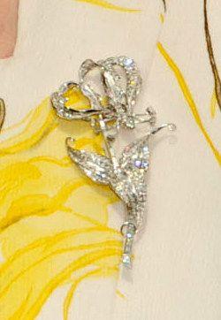 Souvent appelé la Flamme Lily Broche Rhodesian, le Flame Lily a été donné à la reine comme un cadeau de 21e anniversaire des enfants de la Rhodésie. Les deux princesse Margaret et la Reine Mère tard reçu broches identiques; la reine a hérité de sa mère, et nous ne ferons pas une tentative de différencier ici