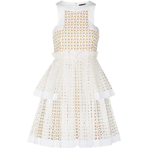 Alexander McQueen Laser-cut cotton dress (€2.210) ❤ liked on Polyvore featuring dresses, alexander mcqueen, vestidos, short dresses, white, white pleated dress, fitted dresses, loose mini dress, white dresses and short fitted dresses