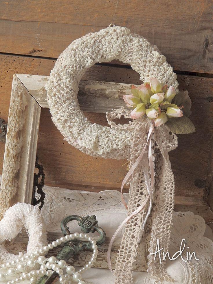 Něžně šípkový Krajkový věneček ve styu shabby chic je zdoben poupaty šípkových růžiček Průměr 15 cm