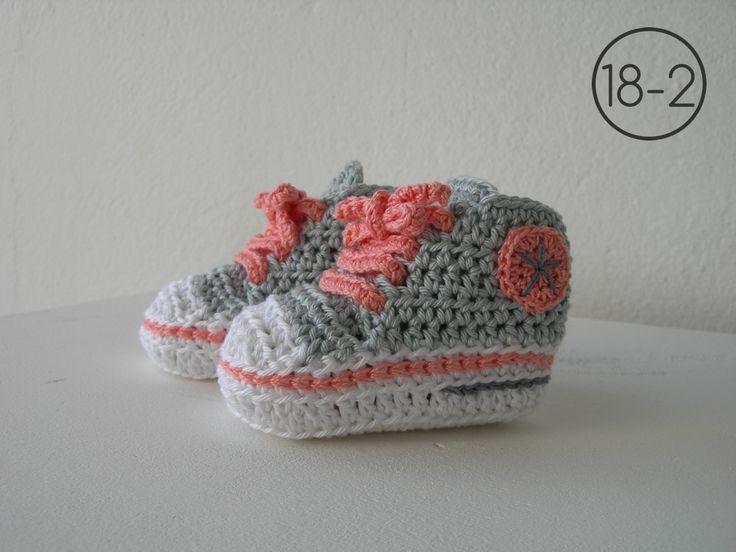 zapatillas a ganchillo con suela blanca base en gris y cordones y detalles en color
