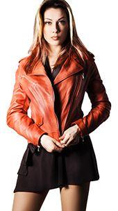 Chiodo da donna modello Nataly. La giacca di pelle modello motociclista completa tutti i tipi di outfit in maniera impeccabile ed è perfetta sia per i look più formali, sia per gli abbinamenti con capi casual. Duttile e pratica è una vera seconda pelle per chi ama il city style anni 70. Puoi abbinare il chiodo di pelle sia con i classici jeans, sia con dei pantaloni skinny attillati.