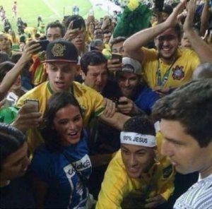 Neymar sobe arquibancada para abraçar Bruna Marquezine após vitória