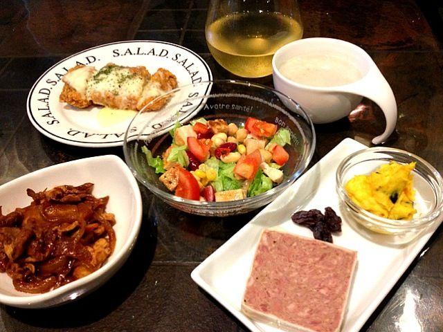 お待たせしました。今日は白を少々とブルゴーニュの赤でいきます✌ - 42件のもぐもぐ - チキンサラダ、テリーヌ&かぼちゃサラダ、ポークのトマト煮、キャンベルスープ by medamayakilove