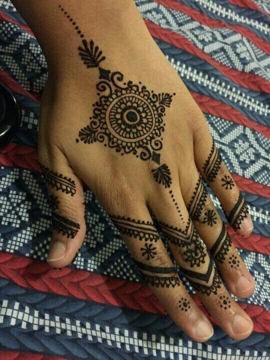 Henna Tattoo Hand Berlin: 30+ Minimalist Mehendi Designs For The Bride Who Thinks