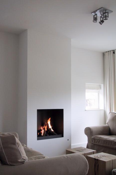 Moderne inbouw haard in een strakke en hoge kolom, wit gestuckt   Profires · inspiratie voor sfeerverwarming