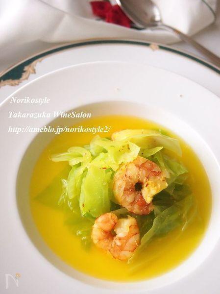 春キャベツと新たまねぎを使用したスープはとっても甘く仕上がります。野菜の味わいと海老だけで旨味が出るので、塩と白こしょうのみで調味します。サフランを使用することで鮮やかさと甘みをさらに楽しめます。