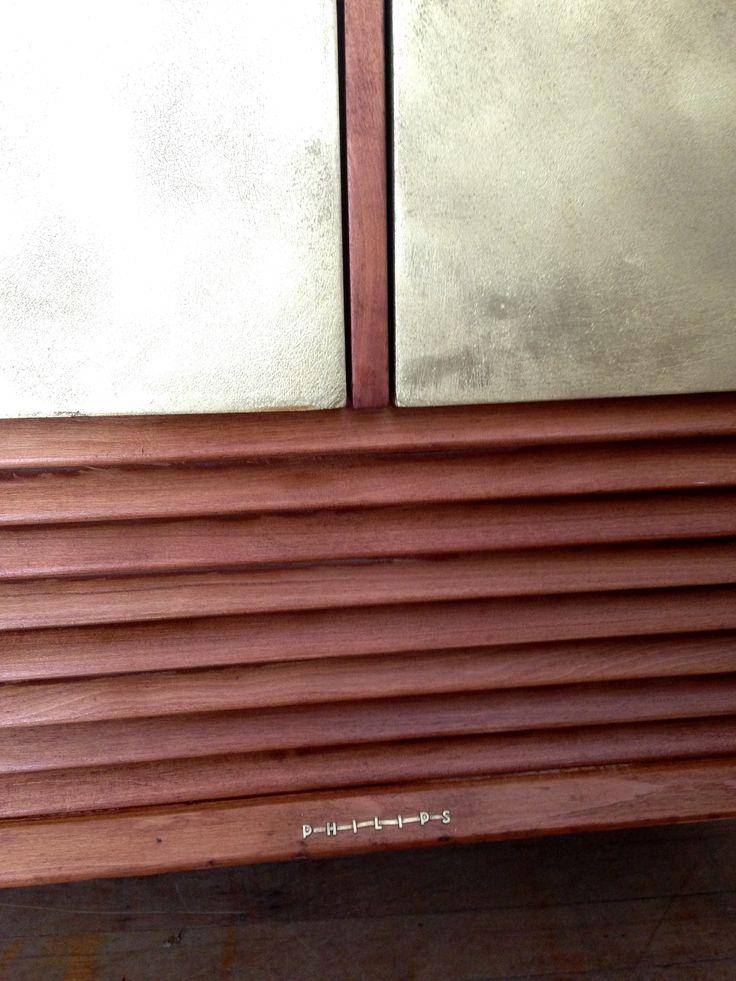 Radio pulida y barnizada • puertas dorado