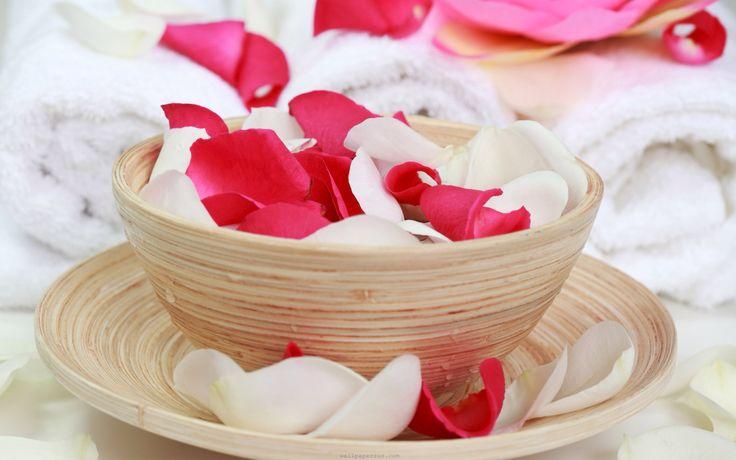 #Tips de #belleza y #cosmetica: Cómo preparar un #Tónico de #Pétalos de #Flores o #Hierbas?  Solo debes sumergir los pétalos (flores o #rosas) o las hierbas de tu preferencia en agua hirviendo. Luego lo tapas y dejar infundir a temperatura ambiente de 12 a 24 horas. Finalmente debes colarlo y depositarlo en un frasco. Refrigéralo muy bien antes de utilizarlo.  Si tienes #acné, hierbas como #menta, #tomillo, #hinojo, #manzanilla o #lavanda pueden ser útiles.