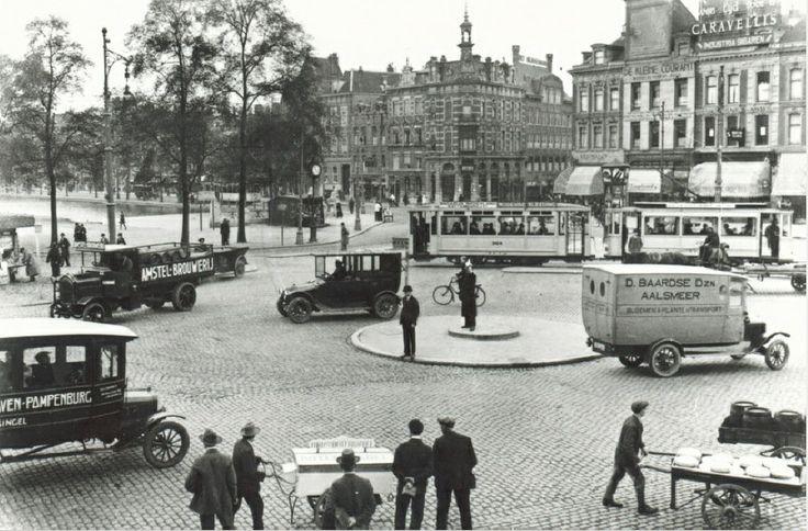 Gezicht op de Coolsingel aan de zijde van de Schiedamsesingel (links). Rechts zie je de Binnenweg. De foto is gemaakt tussen 1918 en 1922 door J. van Tas en komt uit het Stadsarchief Rotterdam.