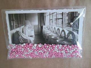 De kaart in een foliezakje en er vervolgens roze muisjes bij gedaan. Even op een tasje met kraamkadootje plakken en........ klaar!