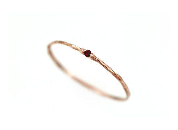 Granat-Ring, Goldring Granat, dünn Granat Ring, Januar Birthstone Ring, 14 k massiv Gold, Granat Ring Zweig Ring natürlicher Granat stapeln