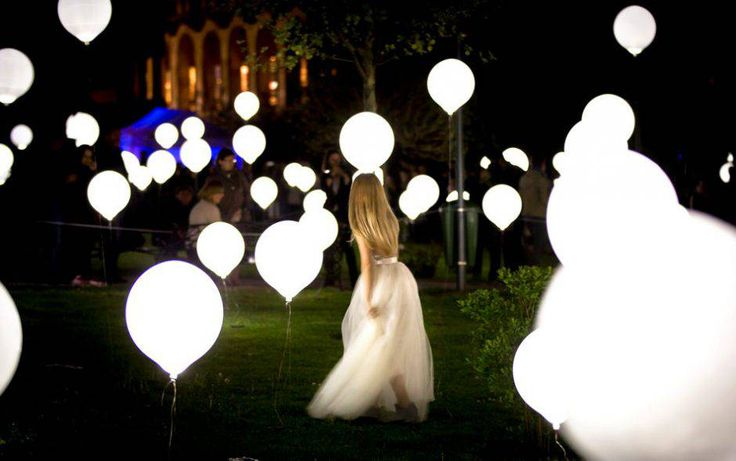 Hai voglia di organizzare feste all'aperto? Usa i nostri palloncini a led per dare un tocco magico alla tua serata! Scoprili su www.festemix.it #festemix #palloncini #led #wedding #party #balloon