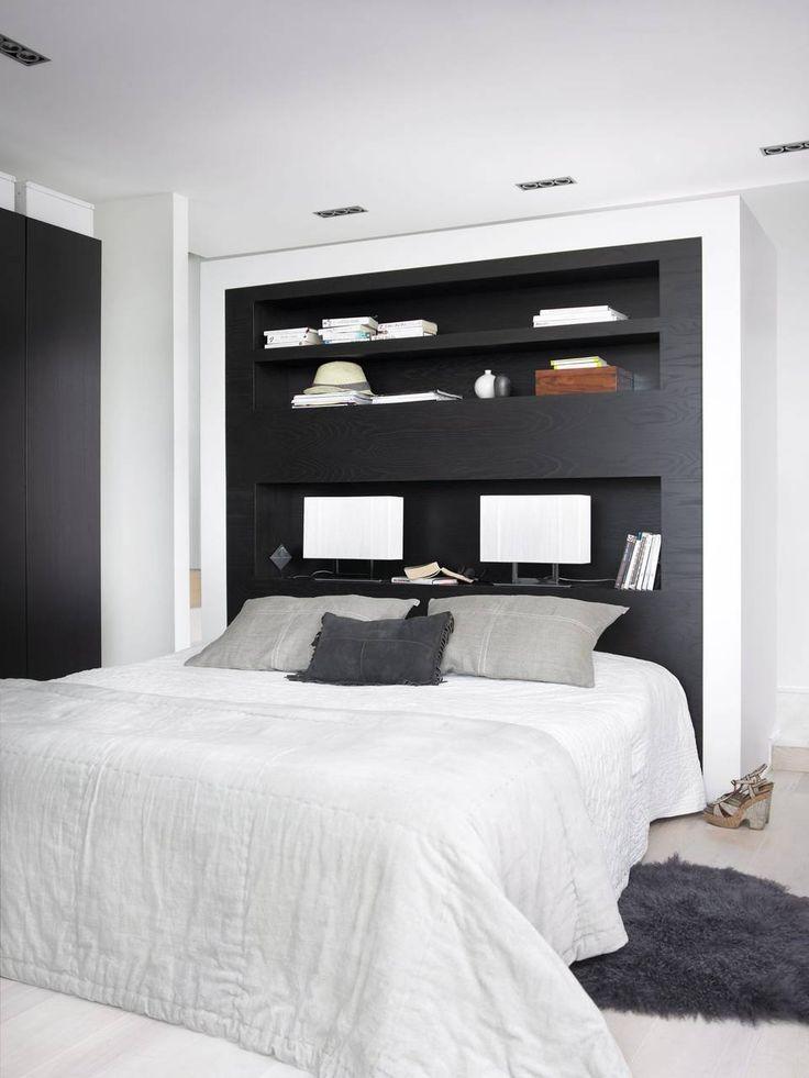 HYLLE: Her har beboerne valgt å sette inn en hylle bak sengen. Det blir et funksjonelt og dekorativt element i rommet.