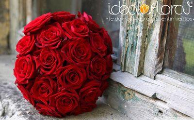 Hermoso ramo redondo hecho de rosas rojas