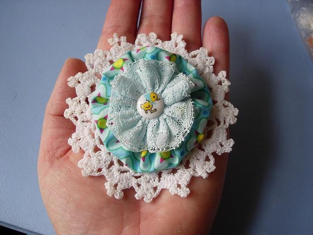 crochet+yo-yo+lace+button ='s a brooch