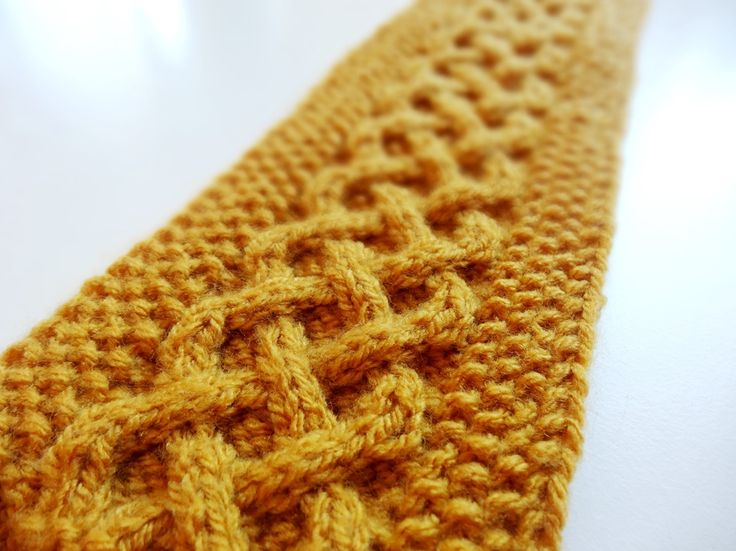 Jetzt im Herbst sollte man anfangen, sich kuschelig warme Stirnbänder zu stricken. Die kostenlose Anleitung für ein Stirnband mit keltischem Zopfmuster gibt's jetzt auf Lisibloggt.