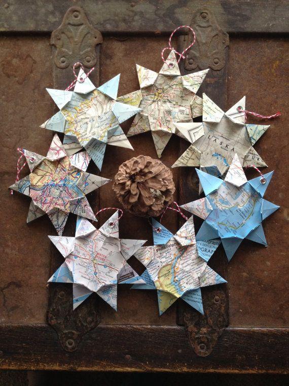 De meeste steden zijn beschikbaar! International ook! Dit handgemaakte origami kaart sieraad is een perfect cadeau voor elke gelegenheid. Of het nu Kerstmis, verjaardag, bruiloft, afstuderen, Inwijdingsfeest, 1e verjaardag (die traditioneel papier) of ter herdenking van een reis; Dit unieke en persoonlijke stuk zal een leven lang meegaan. Het is licht van gewicht, past in elk interieur en ziet er fantastisch op een kerstboom!  Meet amper 5 X 5 punt naar punt  Ster heeft een versterkte oogje…