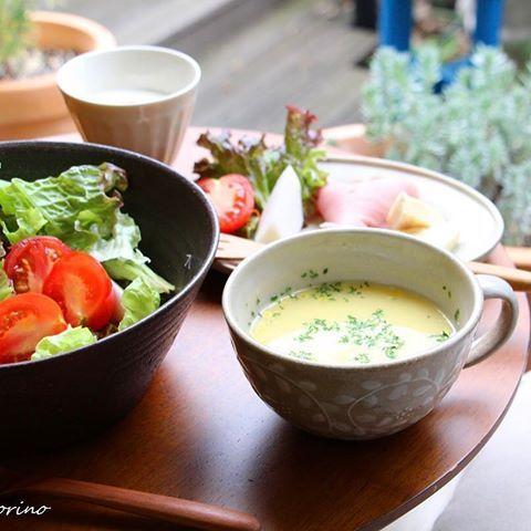 ちょっと肌寒い朝  インスタントスープを、お気に入りのカップでうれしい朝食✨  大滝智子さんの大きめマグは、  たっぷり飲みたいミルクティーやカフェラテにもぴったりな大きさ🌿  #朝食 #breakfast #soup #大滝智子 #うつわ #心地よい暮らし #心地よい暮らしの道具店yutorino