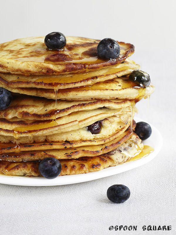 Naleśniki z jagodami i syropem klonowym; american blueberry pancakes