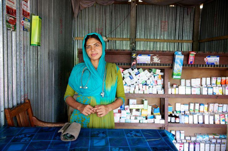 Runa trabaja en su farmacia en Bangladesh.