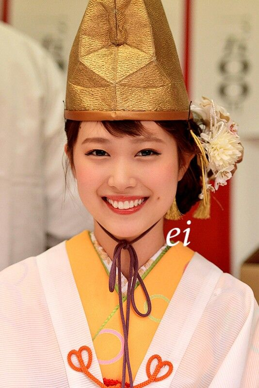 2017年、福娘。She is Fukumusume. Fukumusume is a girl like the god of lucky that Imamiya Shrine in Osaka of Japan chooses every year. Every year, Fukumusume is chosen in the contest.