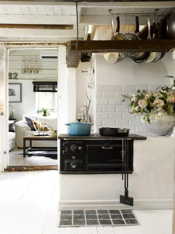 NOSTALGISK OVN: Den gamle ovnen er fortsatt i bruk, og stammer fra 1940/50-tallet. En tøff, turkis jerngryte fra Le Creuset er et friskt innslag. De gamle dørene er trange, og det er mange skjeve vinkler. - Samma här :)