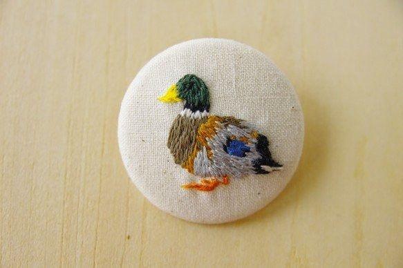 色合いが綺麗なマガモを刺繍しブローチに仕立てました。素材:シーチング・刺繍糸・ブローチ用くるみボタンパーツサイズ:直径約4cm:::ご注意下さい:::※ブロー...|ハンドメイド、手作り、手仕事品の通販・販売・購入ならCreema。