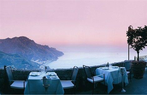 Ecco come una cena si trasforma in un momento di assoluta bellezza. 12 ristoranti per cogliere l'attimo, il colore del tramonto, le montagne più spettacolari, le onde del mare e l'aria d'estate. A Roma e sulla Costiera Amalfitana, sulle Dolomiti o sul mare di Puglia