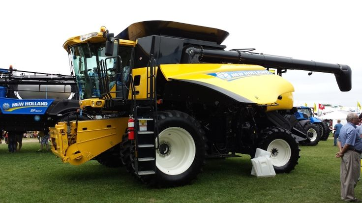 New Holland CR6090 Combine at COFS.