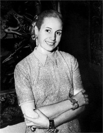 MARIA EVA DUARTE DE PERON (Junín 1919 - Buenos Aires 1952), fue una influyente líder política argentina, generalmente conocida como Eva Perón o por el diminutivo de su nombre Evita. Como primera dama, siendo esposa del presidente Juan Domingo Perón, promovió el reconocimiento de los derechos de los trabajadores y de la mujer, entre ellos el sufragio femenino, y realizó una amplia obra social desde la Fundación Eva Perón.