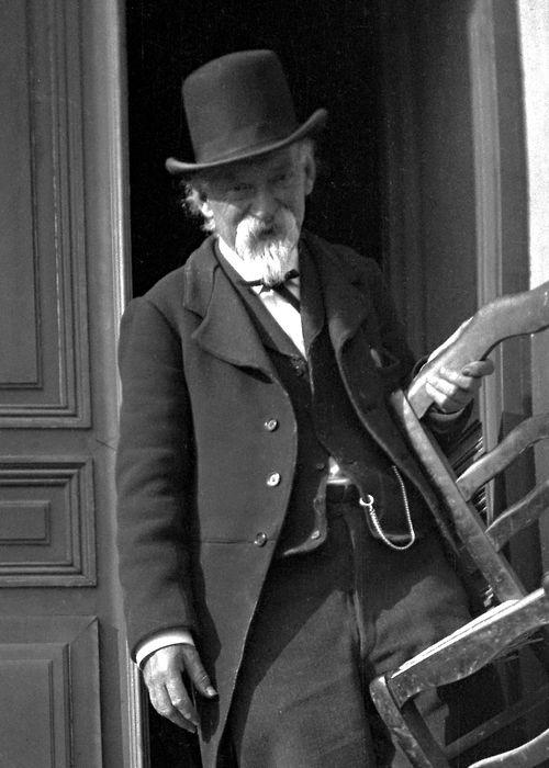 Paul Cézanne, 13 de abril de 1906-Cézanne, francés postimpresionista artista - murió el día en 1906 de una neumonía.  Había sido atrapado por una tormenta de lluvia unos días antes, mientras trabajaba en un lienzo en el campo.  Él continuó trabajando a través de la lluvia por un par de horas, pero la exposición fue demasiado para su constitución ...