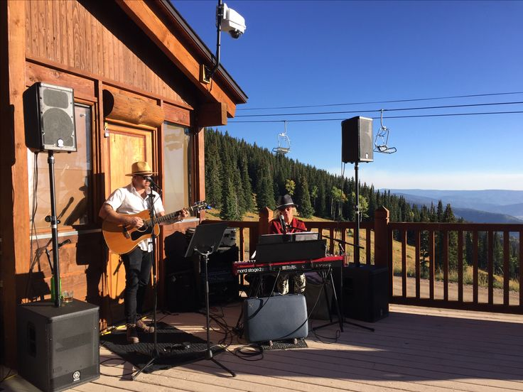 Chamberlin birch playing during cocktail hour at four