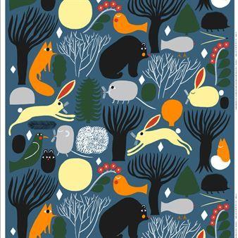 Huhuli tyg från Marimekko har ett mönster av skogens djur i fina färgställningar. Det lekfulla tyget passar lika bra i barnrummet som i vardagsrummet. Kombinera gärna med andra fina inredningsdetaljer från Marimekko.