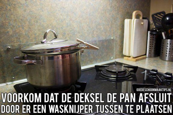 Voorkom dat de deksel de pan afsluit, plaats er een wasknijper tussen. Let wel op dat de wasknijper niet in brand vliegt. Meer tips vind je op www.goedeschoonmaaktips.nl