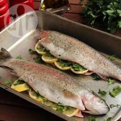 Regenbogenforelle aus dem Ofen / Frische Forellen werden im Ganzen mit Dill und Thymian im Backofen gagart. Dazu passen Reis und Gemüse.@ de.allrecipes.com