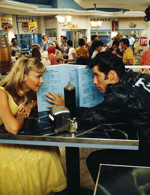 Grease (1978) Dir. Randal Kleiser. Sobre treintones haciéndola de adolescentes, amor juvenil, bullys y los Bee Gees.