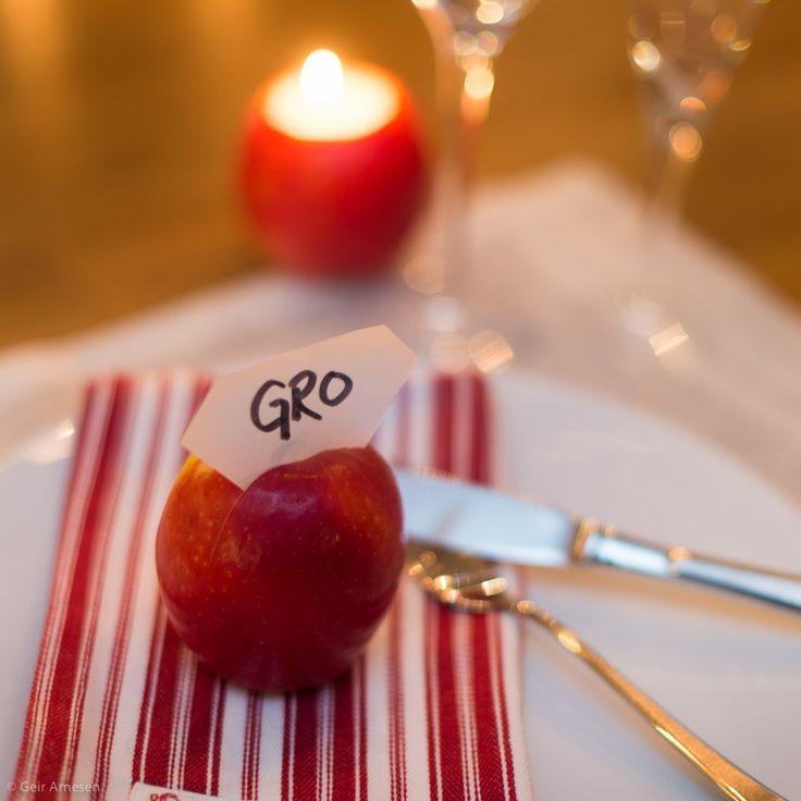 Et eple kan bli en fin bordkort-holder.