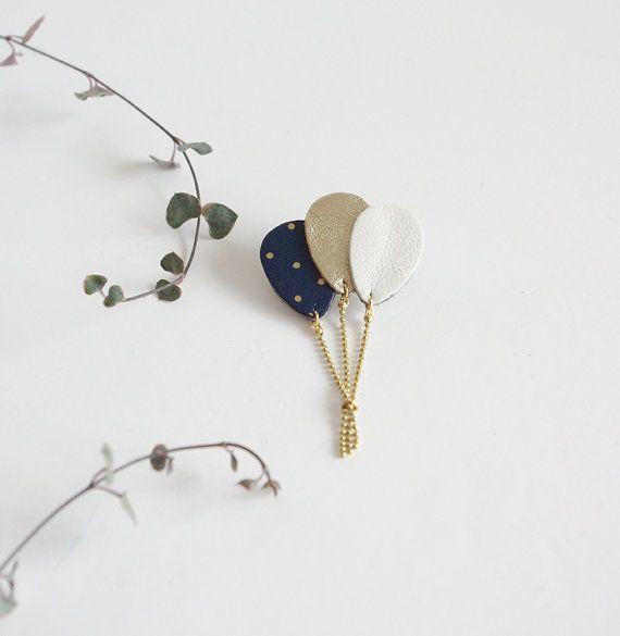 Broche bouquet de ballons cuir bleu marine à pois par Lindiscrete