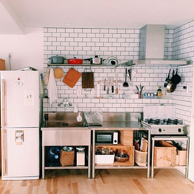 女性で、1LDKの業務用キッチン/りんご箱/amadana/vamo/キッチンについてのインテリア実例を紹介。「サブウェイタイルに業務用キッチン。 収納は元から持っていたりんご箱や カゴバックなどで間に合ったのでよかった。」(この写真は 2016-08-05 16:11:16 に共有されました)