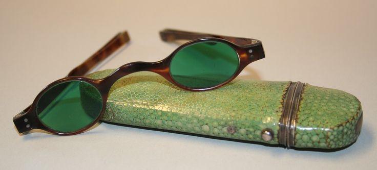 Sonnenbrille mit Etui, um 1830, Schildpattfassung, grünen Gläsern © Wien Museum