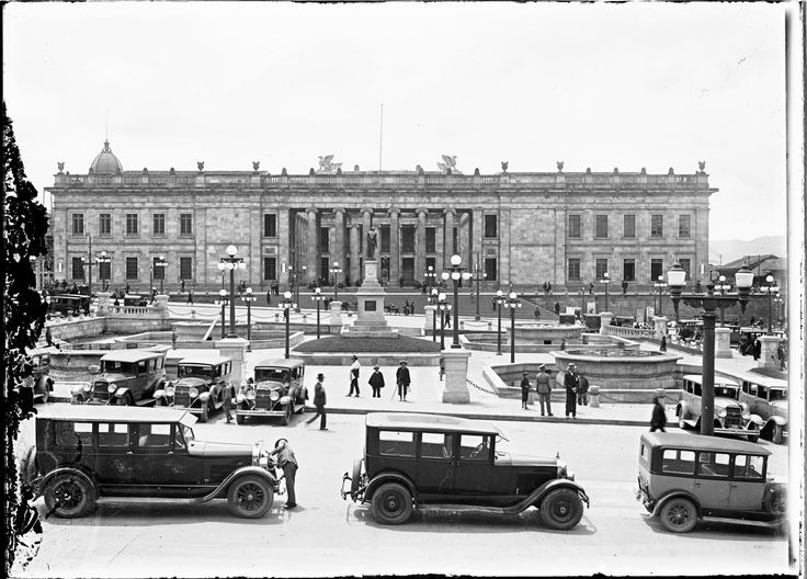 Plaza de Bolívar / Anónimo / c.a. 1910 / Fondo Luis Alberto Acuña Casas / Colección Museo de Bogotá: MdB 00093 / Todos los derechos reservados