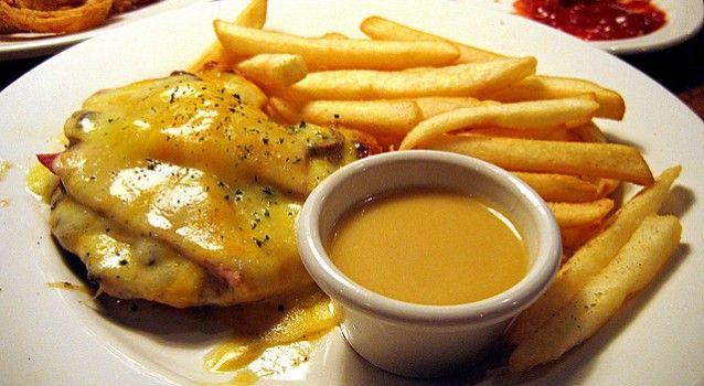 Κοτόπουλο με μανιτάρια μπέϊκον, τυρί & σάλτσα μουστάρδας μελιού