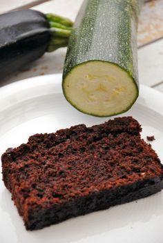 Zucchinikuchen und zwar DoubleChoc Zucchinikuchen ist so saftig, dass er immer wieder gebacken wird. Lässt sich einfrieren! Das Rezept ist ganz einfach ;)