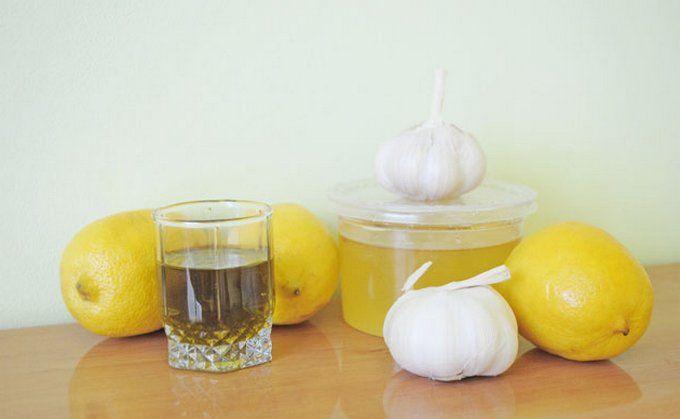 Природные средства —лучший способ решать проблемы со здоровьем, не так ли? Натуральные средства всегда будут более безопасны, чем синтетические. И обычно стоят они тоже дешевле. Лук —это чудо-овощ, который может решить массу ваших хронических проблем.Вот список. 1. Кашлю —нет! Луковый сок — высокоэффективный сироп от кашля. Но вряд ли вам понравится его запах и вкус. А если положить кусочек луковицы …