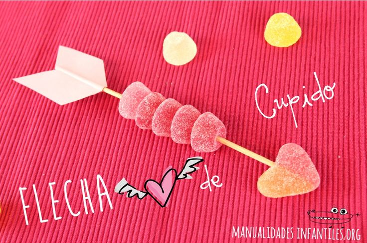 Una receta fácil para San Valentín! Esta flecha hecha con gominolas será un regalo ideal para regalar el 14 de Febrero, Día de los Enamorados. ¡Qué idea tan divertida! Ingredientes: Tijeras Lapicero Palito de brocheta Golosinas Pegamento Cartulina o papel...