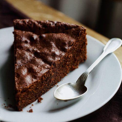 Eenvoudige chocoladetaart, uit het kookboek 'Chocolade delicatessen' van Trish Deseine. Kijk voor de bereidingswijze op okokorecepten.nl.
